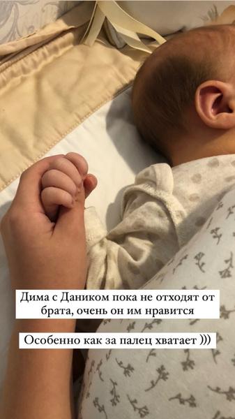 Старшие дети брюнетки тепло встретили маленького Ярослава