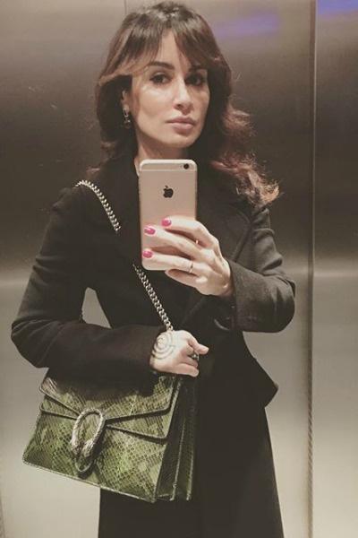 Сегодня Тина опубликовала снимок уже с украшением, в котором подписчики разглядели обручальное кольцо
