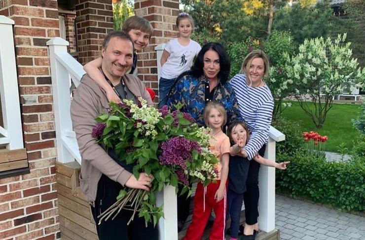 Артистка обожает проводить время с семьей на даче