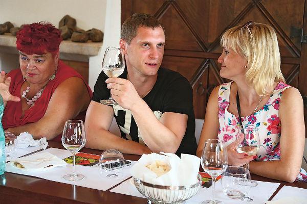 Лидия, Илья и Оксана наслаждаются букетом