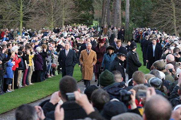 Тысячи британцев собрались, чтобы поприветствовать членов королевского семейства в день крестин наследницы престола