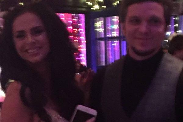 Виктория Романец и Антон Гусев выглядели счастливыми во время свадебной церемонии друзей
