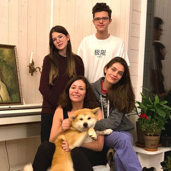 Волкова с детьми: Александра, Богдан и Валерия (рождена в первом браке актрисы)