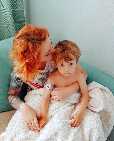 Певица беспокоится о том, что болезнь может перейти к ее сыну
