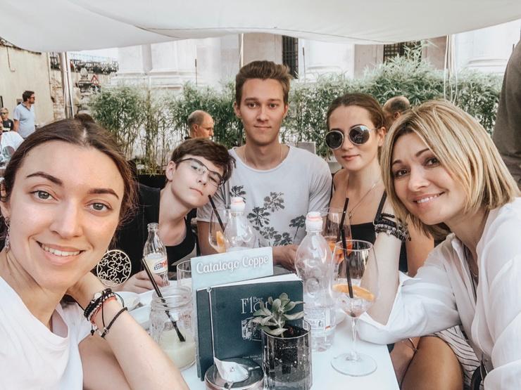 Анжелика с детьми (слева направо): Дарья, Анастас, Никита и его девушка Ксения