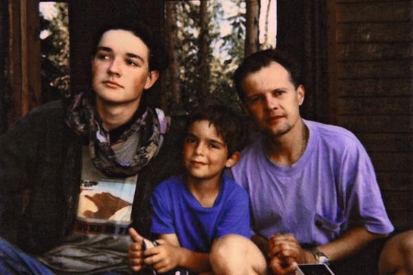 Будущая звезда с отчимом Юрием Черкасовым и братом Дмитрием