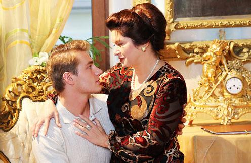 В кино Зыкину в возрасте от 30 до 80 лет сыграла Вера Сотникова, а Гридина – Алексей Воробьев. Кадр из сериала «Людмила»