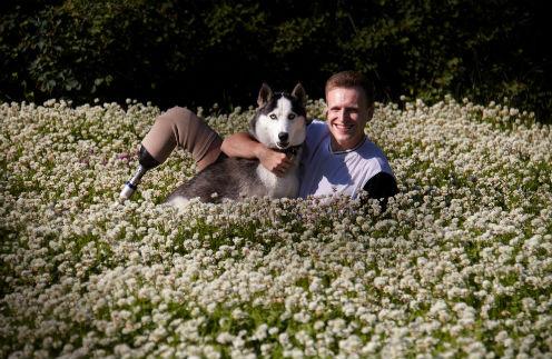 В походах его сопровождает собака Шер. Норвегия, 2012 год