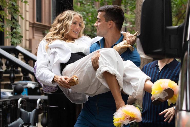 Актрису засняли на руках у накаченного брюнета