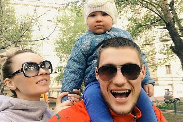 Супруги выглядят счастливой семьей, когда встречаются ради дочери