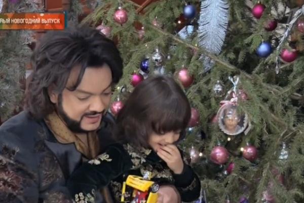 Филипп Киркоров вместе с детьми наряжал елку
