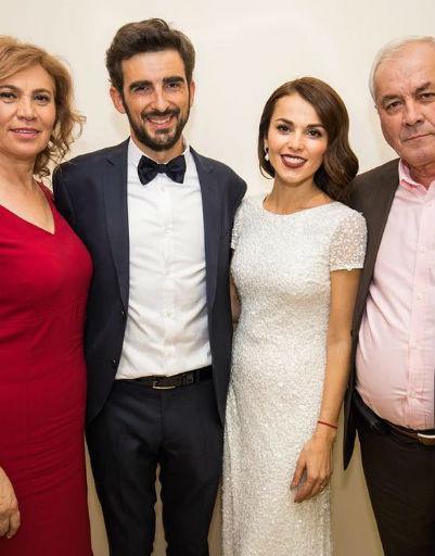 Сати Казанова с мужем и родителями