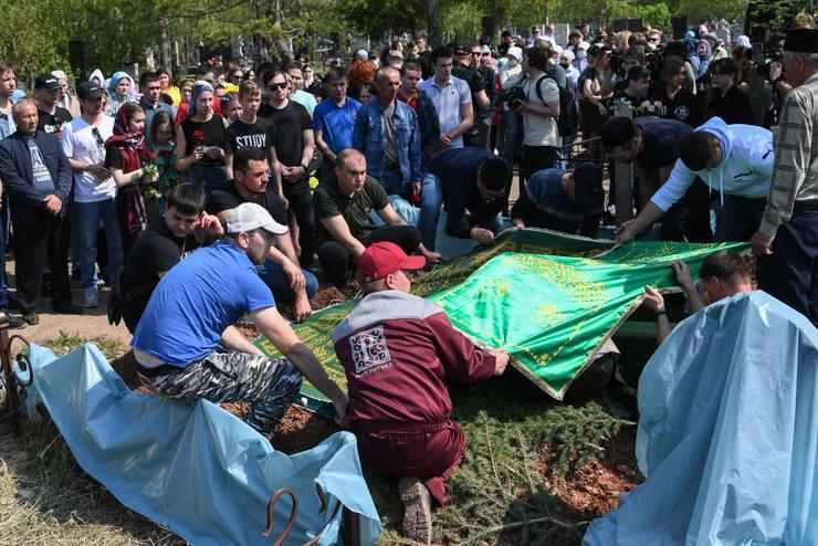 Десятки жителей Казани отдали дань памяти жертвам трагедии