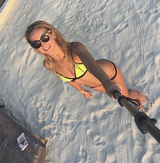 Телеведущая делает селфи на пляже