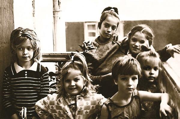 Вера Брежнева (слева) с сестрами и друзьями детства