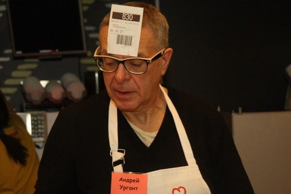 Андрей Ургант поразил гостей оригинальным показом чеков покупателя