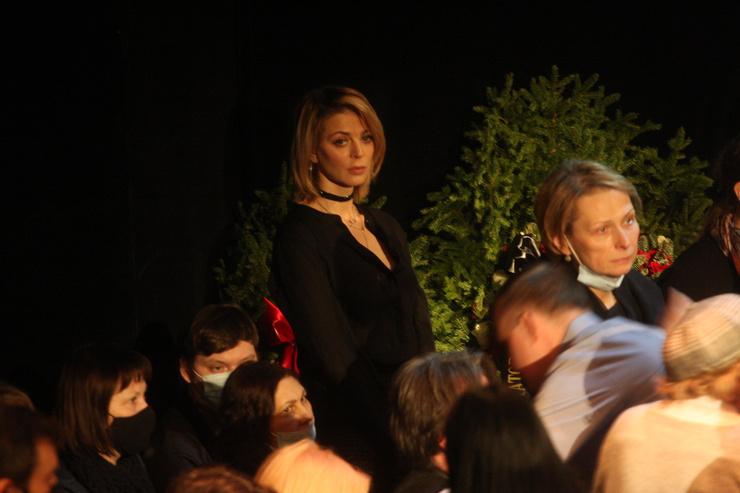 Актриса Кристина Кузьмина приехала на прощание с Фурмановым
