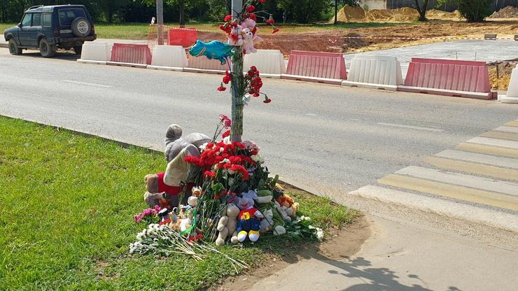 Сочувствующие приносят на место трагедии цветы и игрушки.