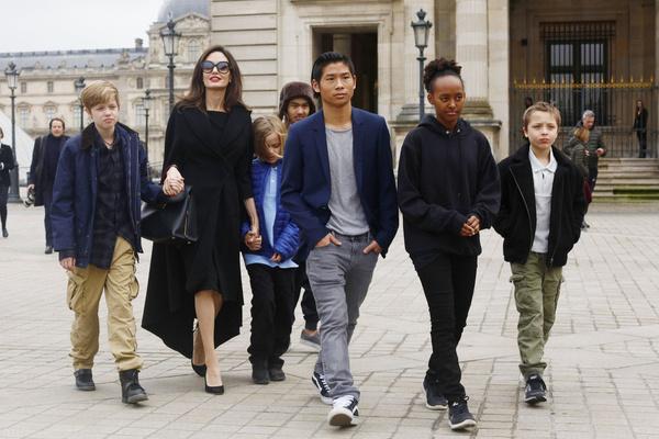 Анджелина долго запрещала детям общаться с отцом
