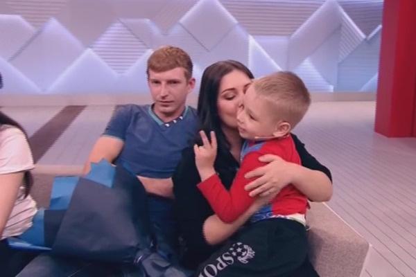Только в студии Валя впервые за неделю увидела сына