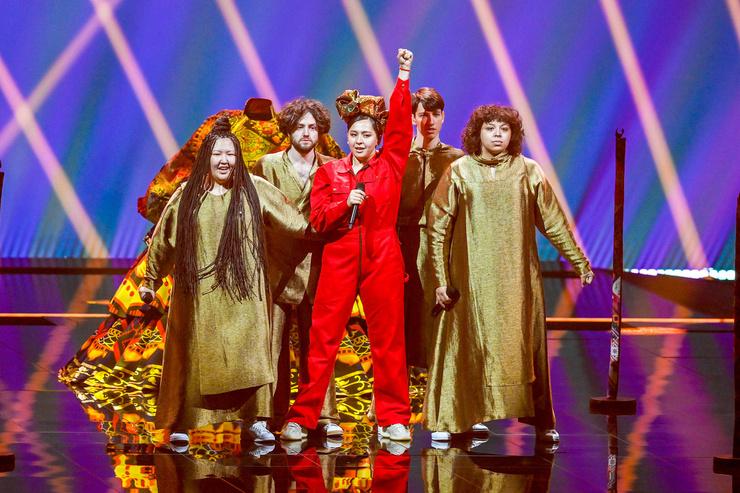 Манижа и ее команда на сцене