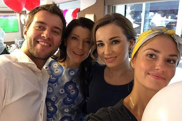 Анфиса Чехова (в центре) в окружении гостей – Агаты Муцениеце, Екатерины Волковой и ее мужа Андрея