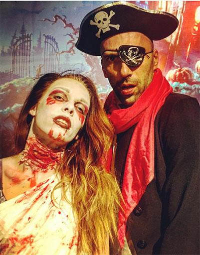 Евгений Папунаишвили на Хеллоуин пришел в костюме пирата, его спутница изобразила зомби.