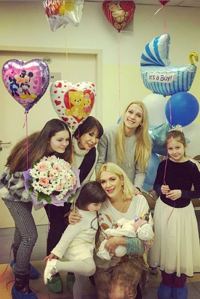 Марию Порошину забирали из роддома ее мама и дочери
