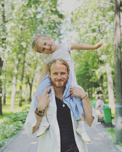 Телегин редко видится с дочерью от Пелагеи, но по решению суда ежемесячно платит алименты за ребенка.
