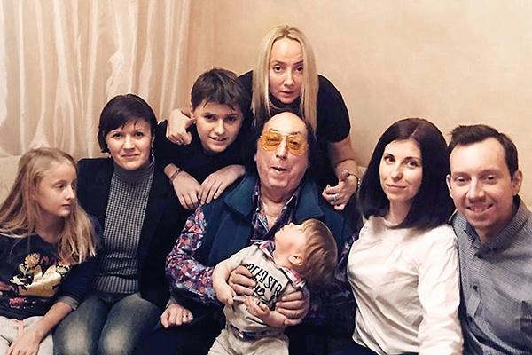 С супругой Оксаной, сыновьями — Егором и Львом, дочкой Ольгой, внуками — Яной и Даниэлем — и невесткой Ириной