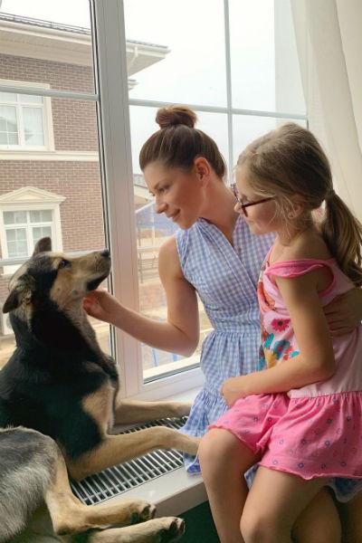 Екатерина с дочерью и их собакой