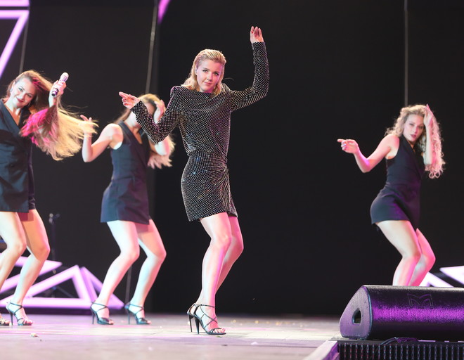 Юлианна Караулова выбрала для сцены маленькое черное платье