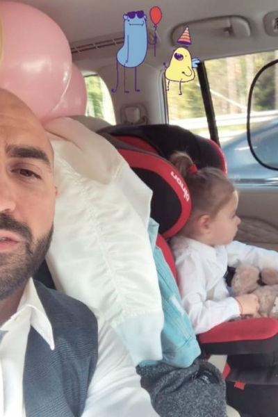 Муж и дочь встречали звезду из роддома