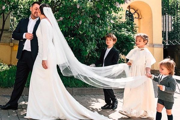 На церемонии малышам доверили важное дело – нести длинную фату мамы