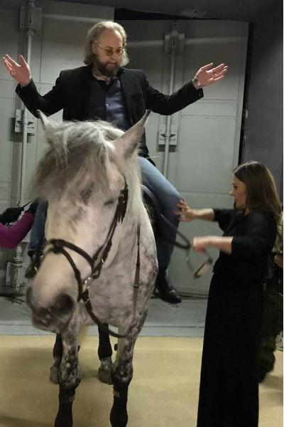 Мария Голубкина учит Бориса Ливанова кататься на лошади