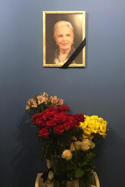 В фойе повесили портрет Элины Быстрицкой