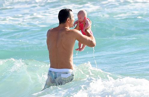Владимир Кличко с дочкой Кайей на пляже в Майами