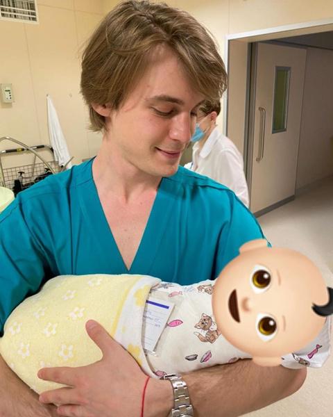 Счастливый отец назвал новорожденного в честь деда
