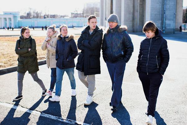 16-летний Артем (слева от Сычева) мечтает стать актером и не упускал случая спросить о профессии