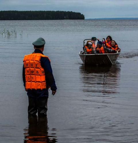 Спасатели эвакуируют детей с Сямозера