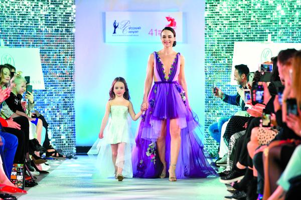 Анна Снаткина с дочкой Вероникой во время вечера благотворительного фонда «Русский силуэт»