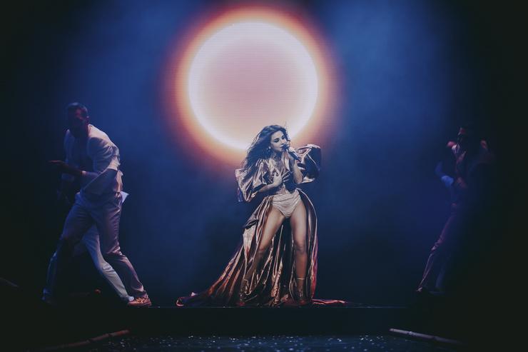 Несмотря на переживания, артистка вышла на сцену и исполнила хиты