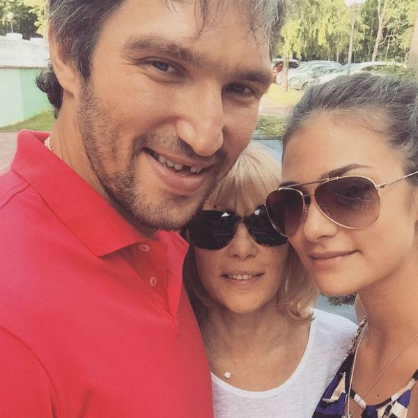Мама Анастасии Вера Глаголева пока не прокомментировала помолвку дочери