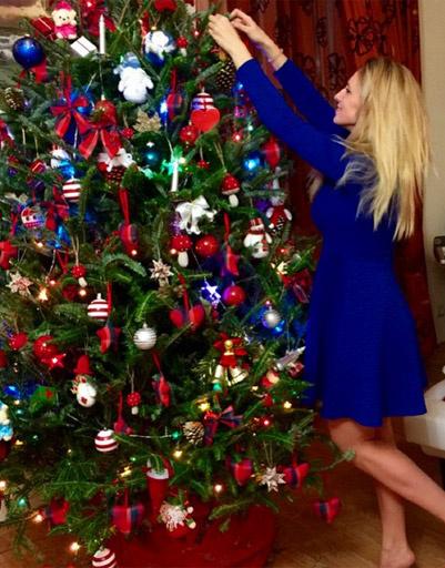 Ольга Гажиенко наряжает елку в доме своей мамы Ирины Агибаловой