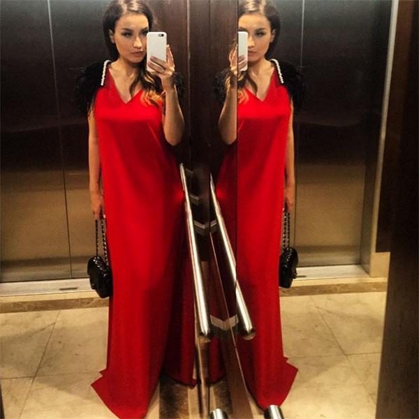 Вика Дайнеко для дефиле по красной дорожке выбрала красное платье свободного кроя