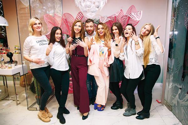 Актриса лично занималась подбором персонала и оформлением студии «Культура маникюра Ани Хилькевич»