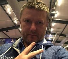 Евгений Кафельников встречается с молодой стюардессой