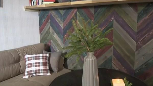 Стены спальни украшены деревянными плашками