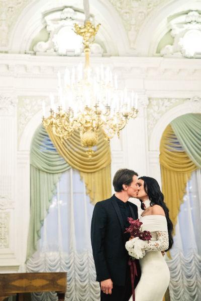 Пара поженилась в известном загсе на Английской набережной. Кстати, там же в 1994 году мужем и женой стали Филипп Киркоров и Алла Пугачева