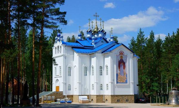 В монастыре проживают сотни послушников